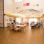 開放的な食堂兼ホール